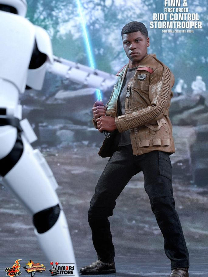 Vamers Store – Hot Toys – MMS346 – Disney's Star Wars Episode VII The Force Awakens – Finn and First Order Riot Control Stormtrooper Collectible Set – 02